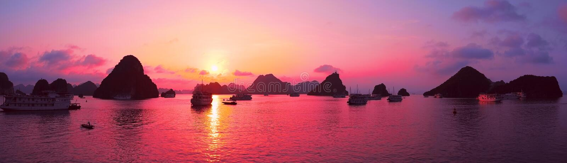 Rosa himmel, solnedgång Panorama av den Halong fjärden, Vietnam royaltyfri foto