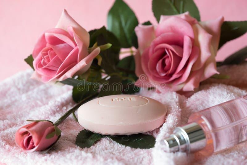 Rosa Hintergrund der Seife und der Rosen stockfoto
