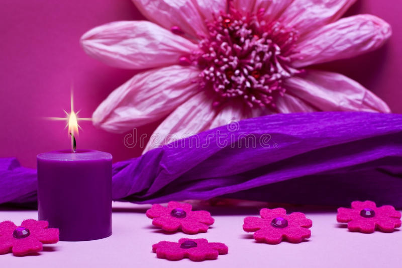 Rosa Hintergrund mit Blumen und Kerze lizenzfreie stockfotografie