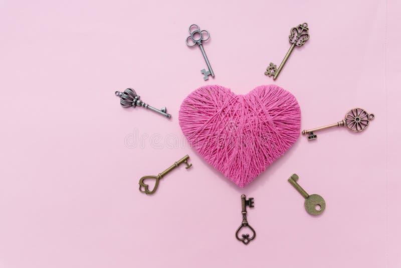 Rosa hjärta med förälskelsetangent Bakgrund för rosa färger för dag för valentin` s Top beskådar greeting lyckligt nytt år för 20 royaltyfri fotografi