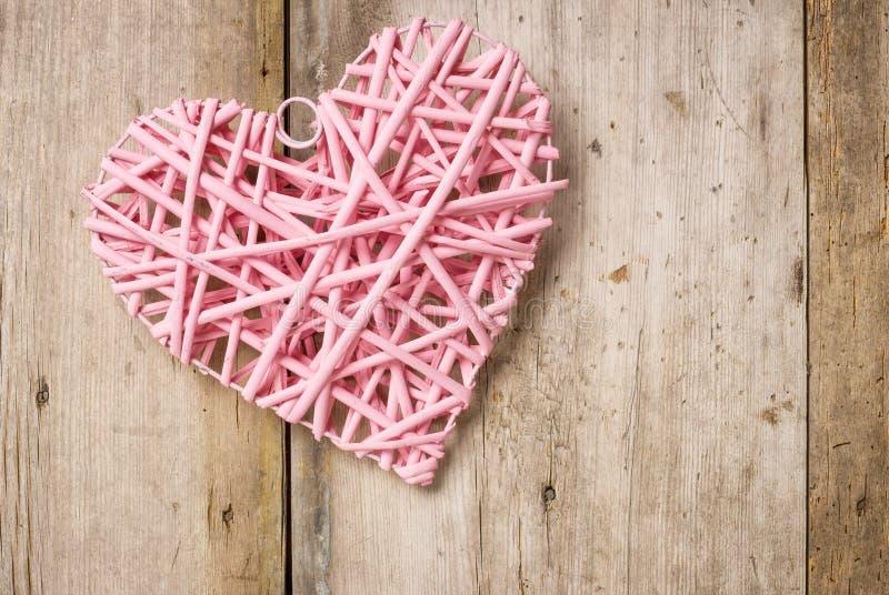 Rosa hjärta på en lantlig bakgrund arkivfoto