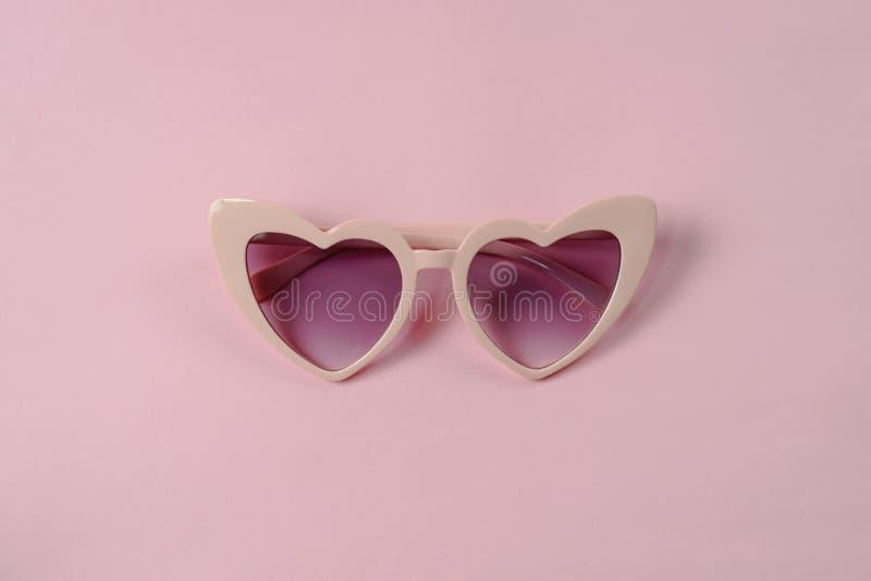 Rosa hjärtaformsolglasögon royaltyfria foton