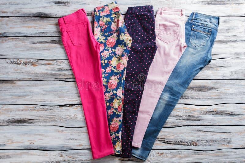 Rosa Hosen und Blue Jeans lizenzfreie stockbilder