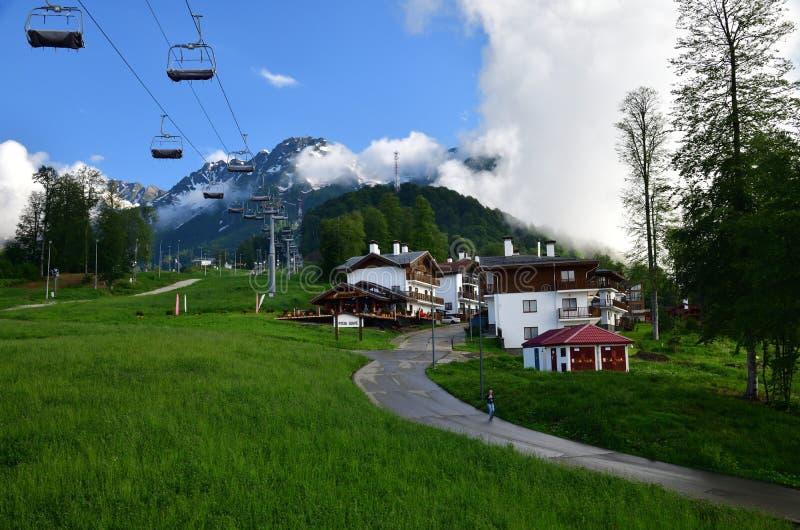 Rosa Khutor, Ρωσία - 1 Ιουνίου 2018 το σαλέ χιονοδρομικών κέντρων και ξενοδοχείων αυξήθηκε το καλοκαίρι στοκ εικόνες