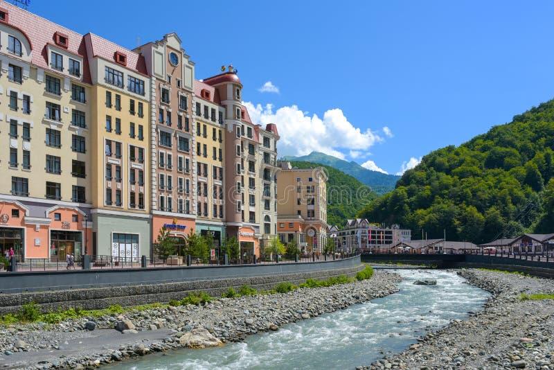 Rosa Khutor, Ρωσία, Krasnaya Polyana - 22 Ιουλίου 2018: Άποψη του χρυσά ξενοδοχείου και funicular τουλιπών στο βουνό και το σκι ρ στοκ εικόνες