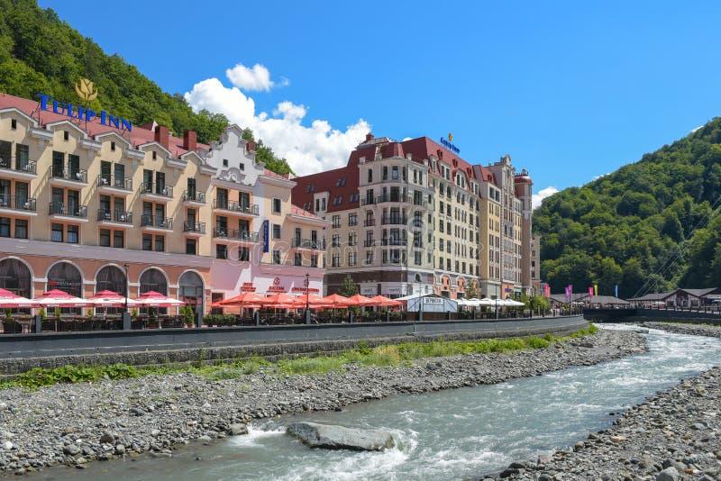 Rosa Khutor, Ρωσία, Krasnaya Polyana - 22 Ιουλίου 2018: Πανδοχείο τουλιπών ξενοδοχείων και χρυσή τουλίπα στο βουνό και το χιονοδρ στοκ εικόνες