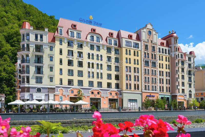 Rosa Khutor, Ρωσία, Krasnaya Polyana - 22 Ιουλίου 2018: Χρυσή τουλίπα ξενοδοχείων στο βουνό και το χιονοδρομικό κέντρο στοκ φωτογραφίες