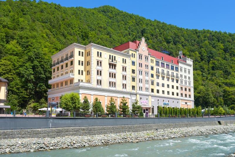 Rosa Khutor, Rusland, Krasnaya Polyana - 22 Juli 2018: Hotel Radisson in berg en skitoevlucht royalty-vrije stock foto's