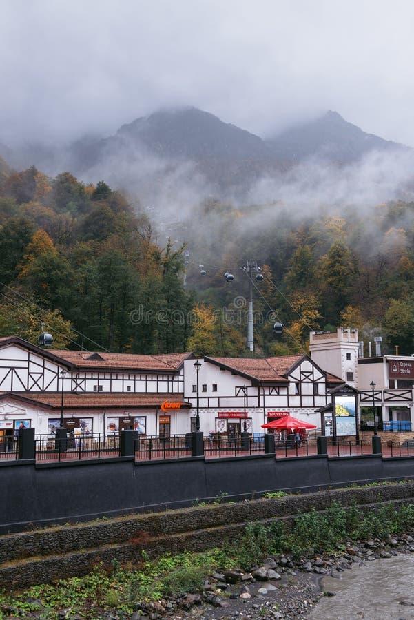 Rosa Khutor, Sochi, Ρωσία, στις 24 Οκτωβρίου 2015: Φθινόπωρο στα βουνά στοκ εικόνες με δικαίωμα ελεύθερης χρήσης