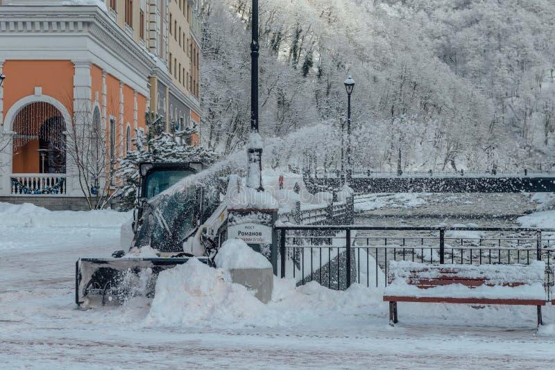 Rosa Khutor Sochi, Ryssland, December 17, 2016: Bil för snöborttagning arkivbilder