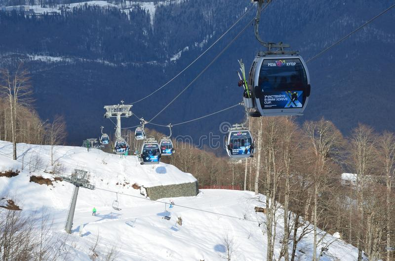 Rosa Khutor, Sotchi, Russie, janvier, 26, 2018 ` De Rosa Khutor de ` de station de sports d'hiver de la Russie, Sotchi Skieurs et image stock