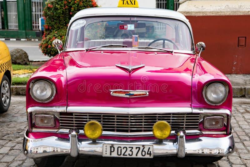 Rosa klassisk amerikansk bil- taxi - Santiago de Cuba royaltyfria foton