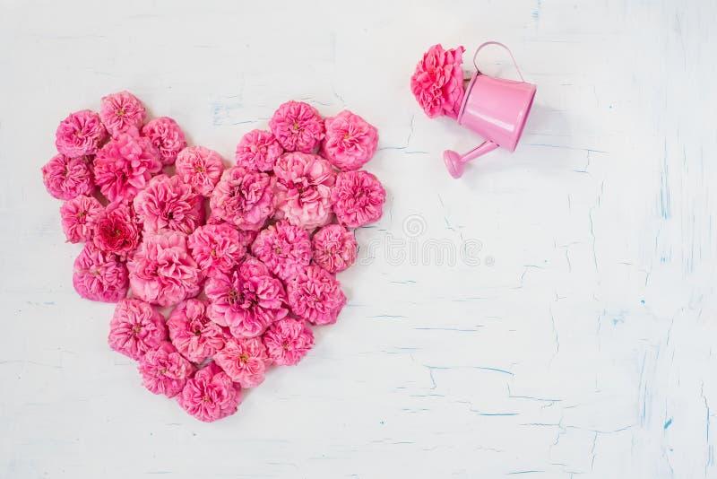 Rosa Kleine Blumen Von Rosen In Form Des Herzens Auf Einem Weißen ...