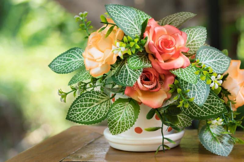 Rosa konstgjorda rosor på tabellen royaltyfri fotografi