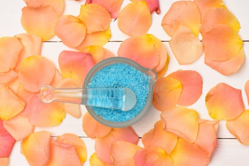 Rosa kronblad med salt för bad royaltyfri foto