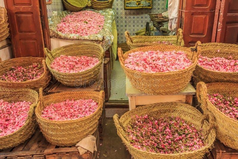 Rosa kronblad på den marockanska souken fotografering för bildbyråer