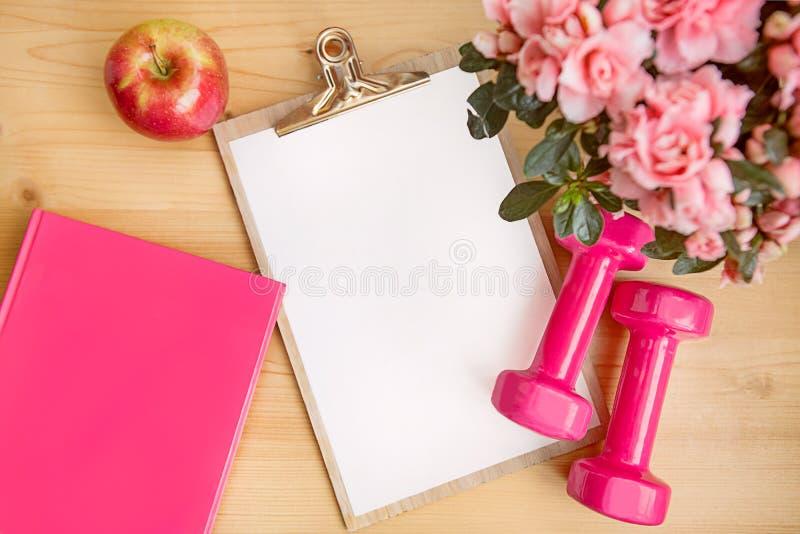 Rosa kvinnlig frukost app för anteckningsbok för hantlar för konditionuppsättningblommor royaltyfri fotografi