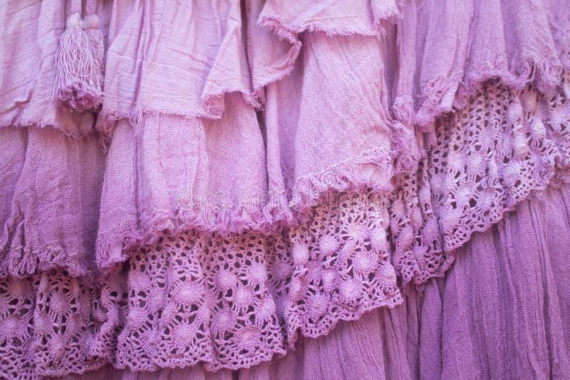 Rosa lager av med rysch och pysch flor och snör åt bakgrund royaltyfria bilder