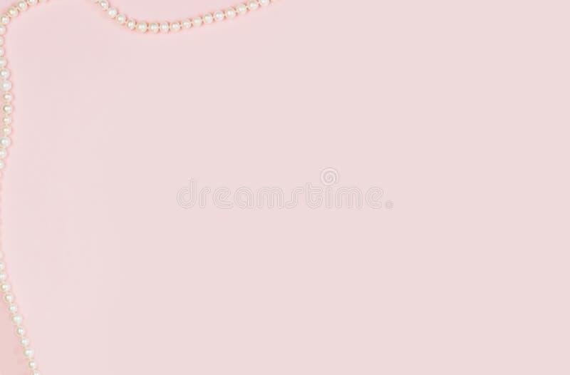 Rosa leere Karte, Blatt f?r das Schreiben Plan für das Hinzufügen von Umbauten mit einer Perlenhalskette Draufsicht, flache Lage, lizenzfreie stockfotografie