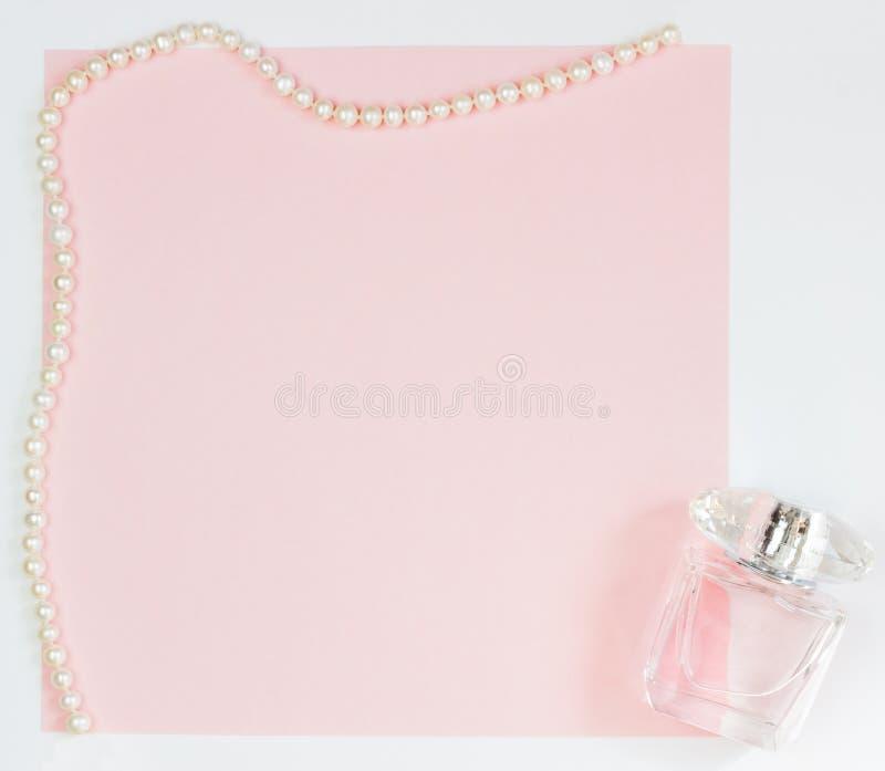Rosa leere Karte, Blatt f?r das Schreiben Plan für das Hinzufügen von Umbauten mit einer Perlenhalskette und -parfüm Draufsicht,  stockbilder