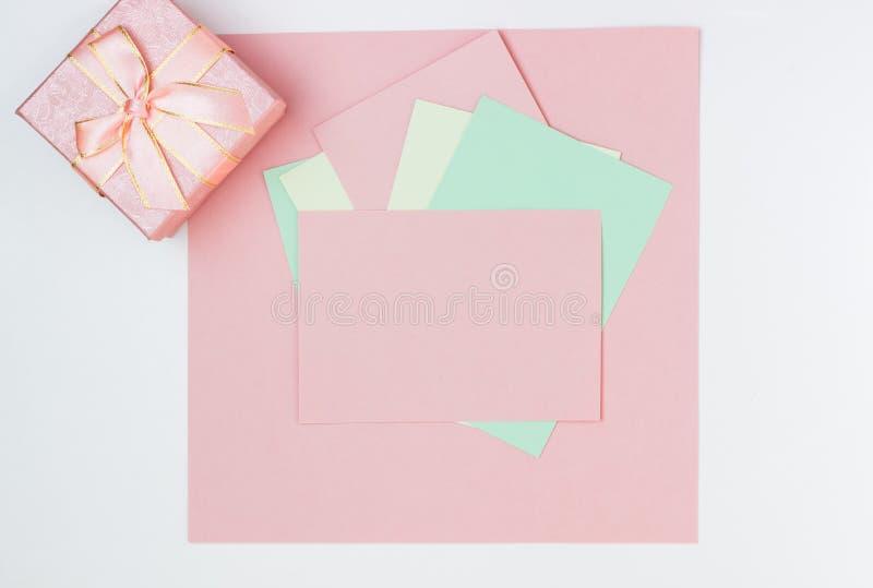 Rosa leere Karte, Blatt f?r das Schreiben Plan für das Hinzufügen von Umbauten mit Geschenkbox Draufsicht, flache Lage, Kopienrau lizenzfreies stockfoto