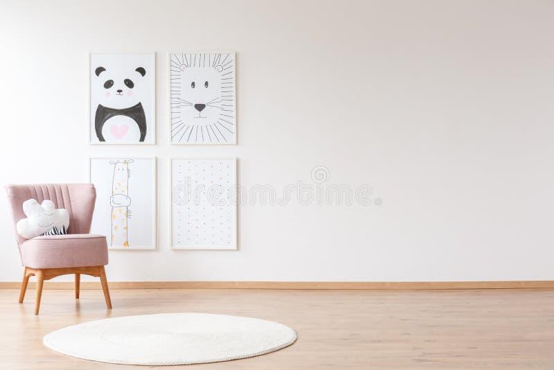 Rosa Lehnsessel in Baby ` s Raum stockbild