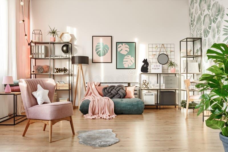 Rosa Lehnsessel im gemütlichen Schlafzimmer stockfoto