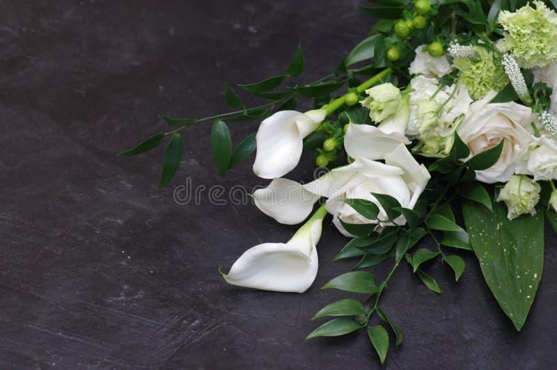 Rosa lila för härlig bukett för vita blommor arkivbilder