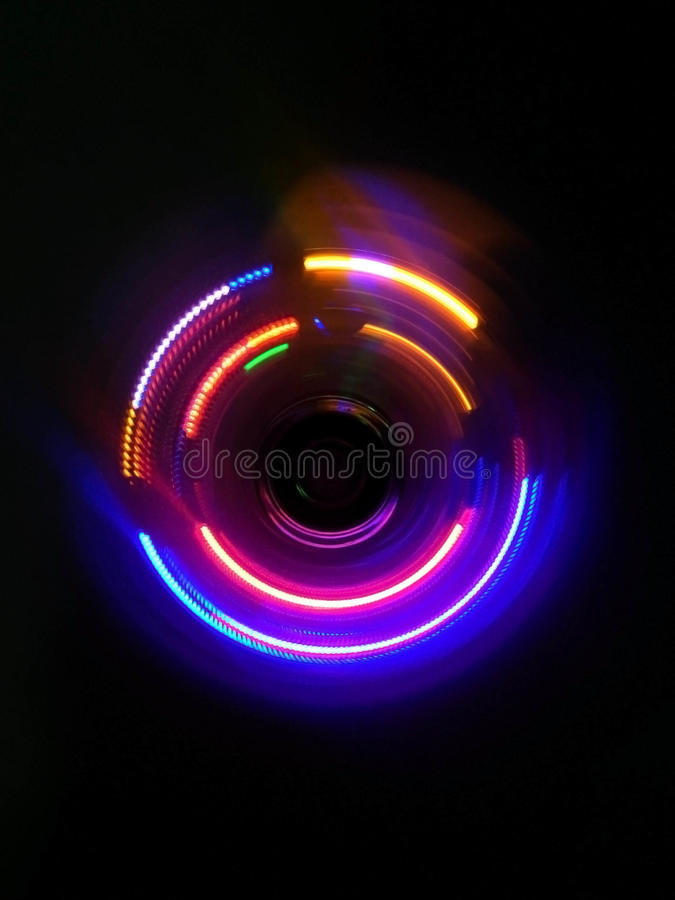 Rosa lilacirkelvåg i mörk bakgrund fotografering för bildbyråer