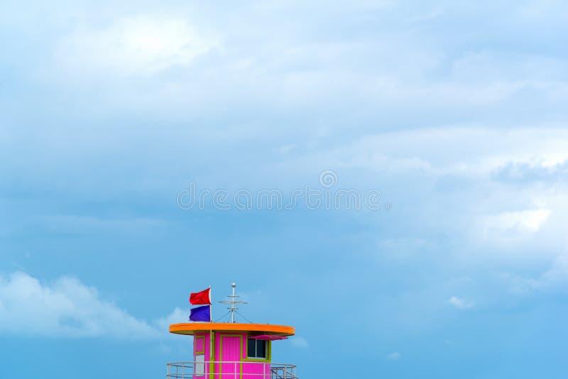 Rosa livräddaretorn under en mulen himmel i Miami Beach fotografering för bildbyråer