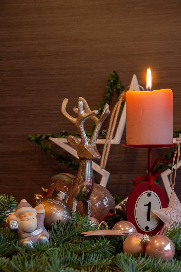Rosa ljus och traditionell juldekoration för första Advent arkivbild