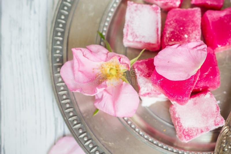 Rosa lokum för traditionell bulgarian på en silverplatta arkivbild