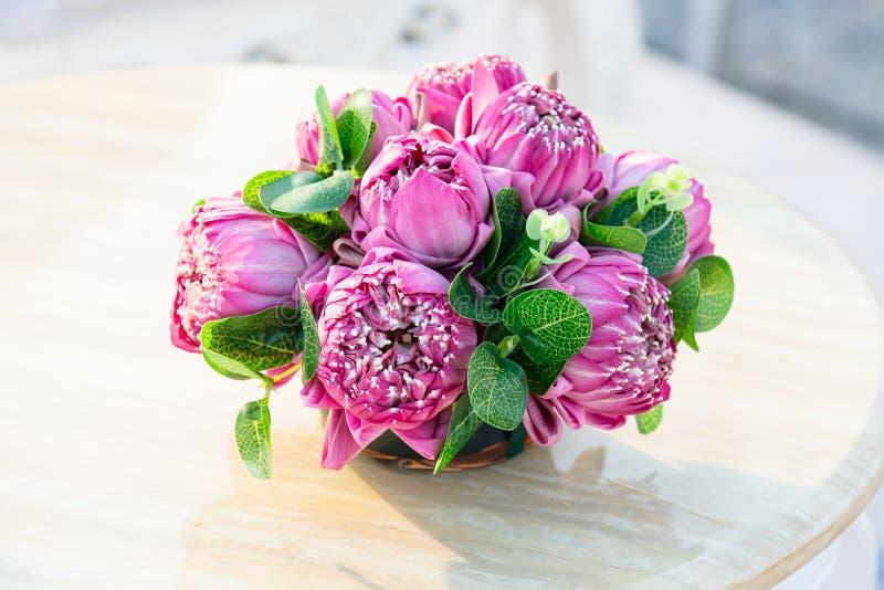 Rosa lotusblommablommor som förbereds för dyrkan royaltyfria bilder