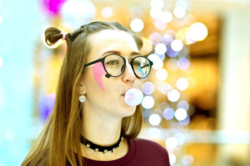 Rosa: Mädchen, das große Blase mit Copyspace durchbrennt lizenzfreie stockbilder
