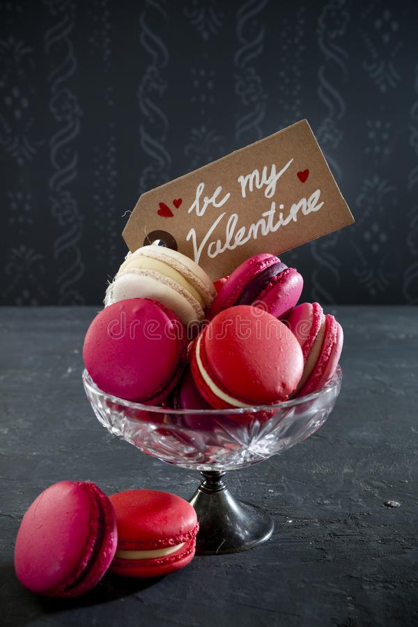 Rosa macarons för valentin dag arkivbild