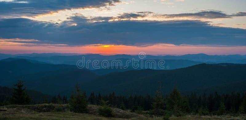 Rosa majestoso e nascer do sol roxo na manhã nas montanhas imagem de stock royalty free