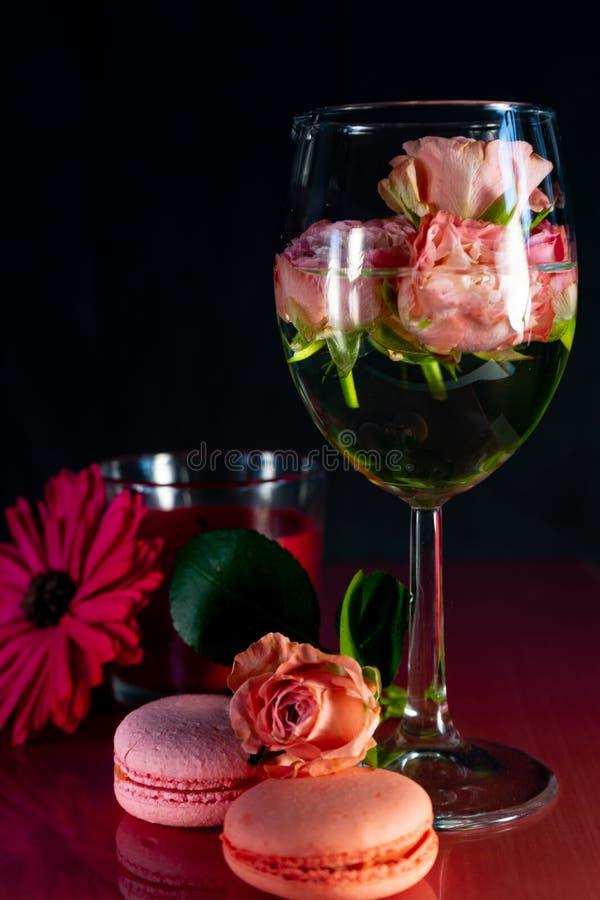 Rosa Makronen mit frischen Blumen stockfoto