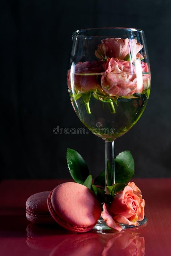 Rosa Makronen mit frischen Blumen lizenzfreies stockbild