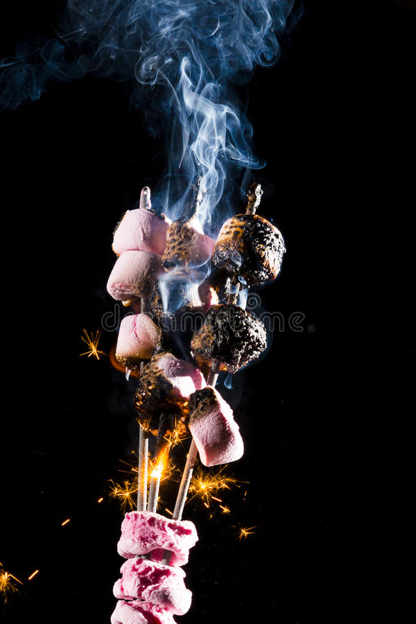 Rosa marshmallower på brand fotografering för bildbyråer