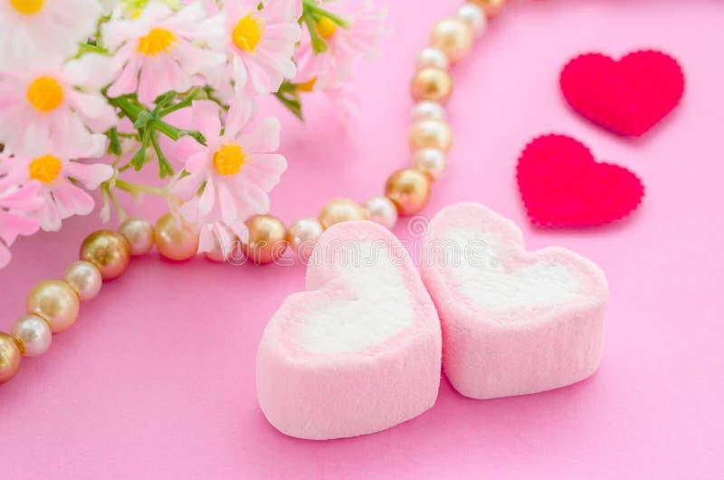 Rosa marshmallowhjärtaform fotografering för bildbyråer