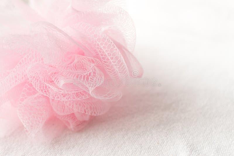 rosa Maschenduschschwamm alias Badhauch, Bad-Körper-Wäscher auf weißem Hintergrund Platz für Text Kopieren Sie Platz lizenzfreies stockfoto