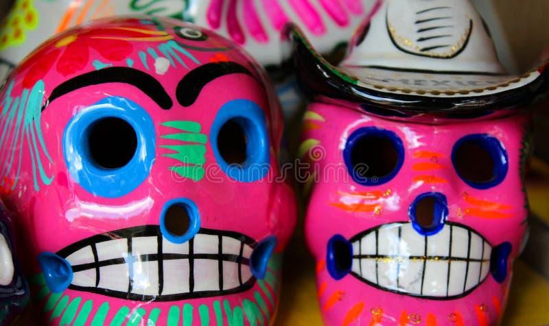 Rosa mexicano vibrante de los cráneos foto de archivo