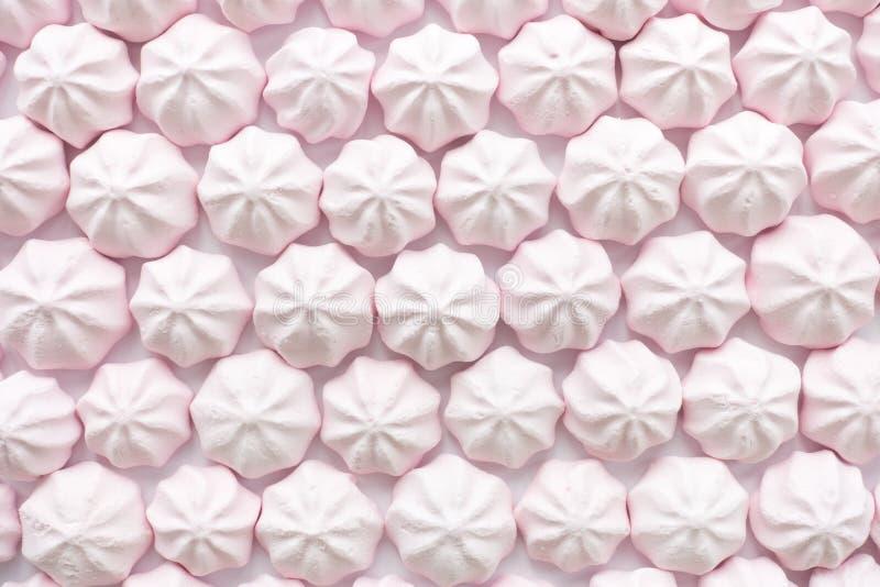 Rosa Mini Meringues som matbakgrund royaltyfri fotografi