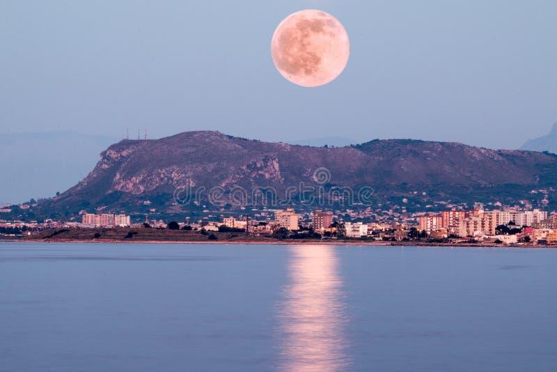 Rosa Mond-Steigen stockfoto