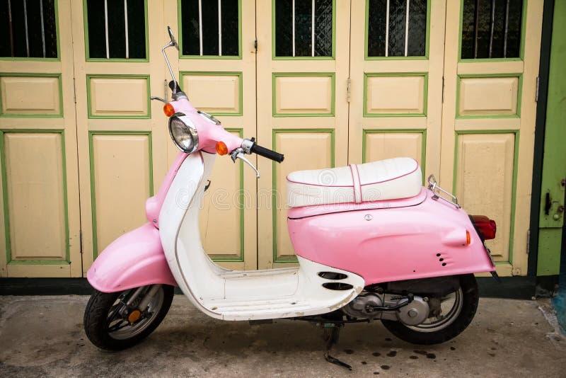 Rosa moped fotografering för bildbyråer