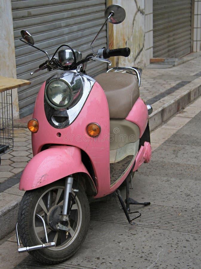 Rosa moped på gatan i Kunming, Kina royaltyfri fotografi