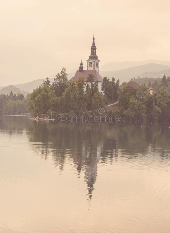 Rosa Morgendunst auf See blutete, Slowenien, Europa stockfoto