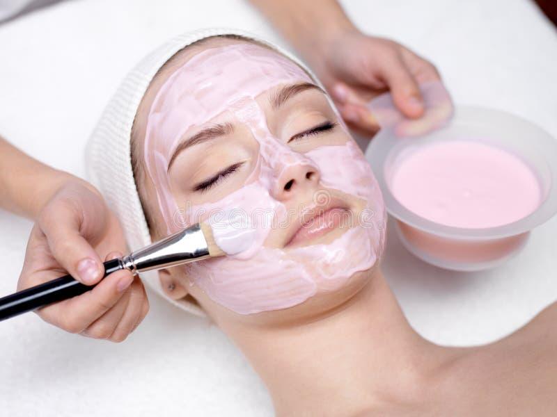 rosa motta för kosmetisk ansikts- flickamaskering arkivbilder