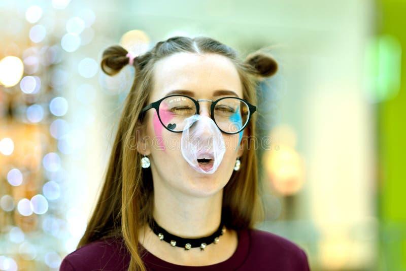 Rosa: Muchacha que sopla la burbuja grande con Copyspace imagen de archivo libre de regalías
