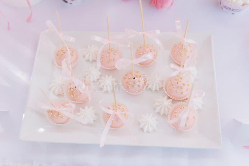 Rosa muffin med de guld- dropparna och banden arkivfoto
